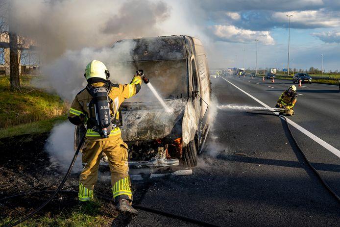 ZEVENBERGSCHEN HOEK, Netherlands, 13-04-2021,  Een bestelbus heeft dinsdagavond vlam gevat tijdens het rijden op de A16 van Breda richting Dordrecht. Ter hoogte van Zevenbergschen Hoek kon de chauffeur zijn wagen veilig aan de kant zetten. De bestuurder raakte niet gewond. De oorzaak is niet bekend.