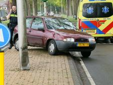 Auto's botsen tegen elkaar bij Bentelo, een persoon gewond