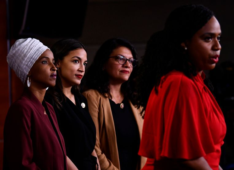 Ayanna Pressley (R) is aan het woord, terwijl Ilhan Abdullahi Omar (L) Alexandria Ocasio-Cortez (M) en Rashida Tlaib (R) toekijken.  Beeld AFP