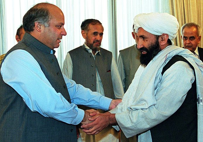 De nieuwe regeringsleider, Mullah Mohammad Hassan Akhund (R), in 1999 tijdens een ontmoeting in Islamabad met de Pakistaanse premier Nawaz Sharif. Akhund was toen minister van Buitenlandse Zaken.