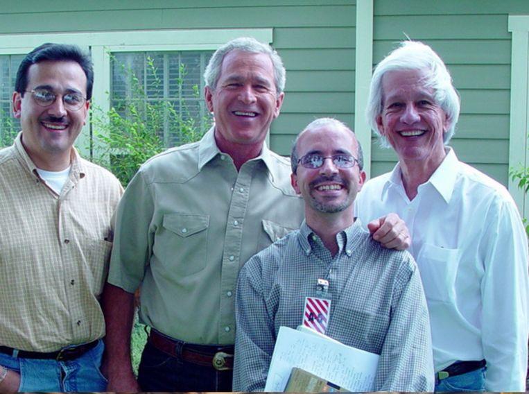 Cesar Martinez-Gomariz – midden, met bril – naast oud-president George W. Bush: 'In feite is Trump de error van de Amerikaanse democratie.' Beeld RV
