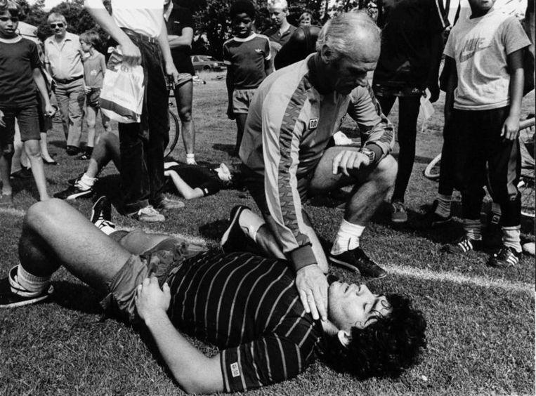 1982; Westduitse trainer van Barcelona, Udo Lattek,  controleert de hartslag van zijn nieuwe ster, Diego Maradona. De FC  Barcelona verblijft op dat moment voor een trainingskamp op Papendal. Een  oefenwedstrijd tegen Groningen werd door Lattek afgelast: FC Groningen  speelt volgens hem te hard. Beeld null