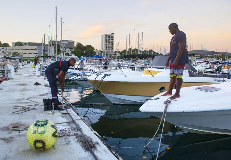 Bewoners leggen hun boten vast op het Franse eiland Guadeloupe. Beeld afp
