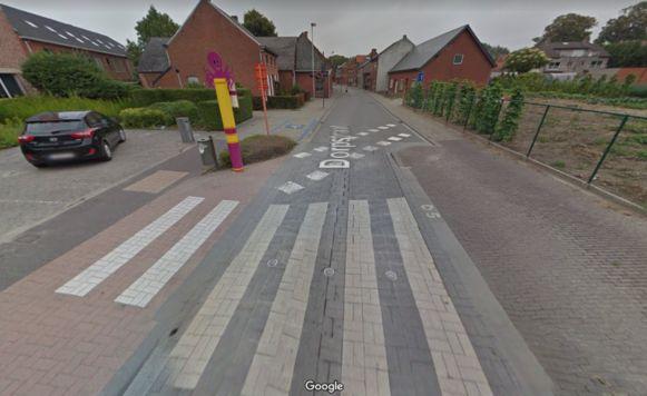 Een van de versleten zebrapaden in de Dorpstraat in Leest.