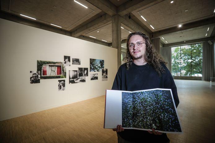 Alkenaar en masterstudent fotografie Lennert Berx (24) is de kersverse winnaar van de Wanatoeprijs met zijn fotoboek 'Onkruid'.