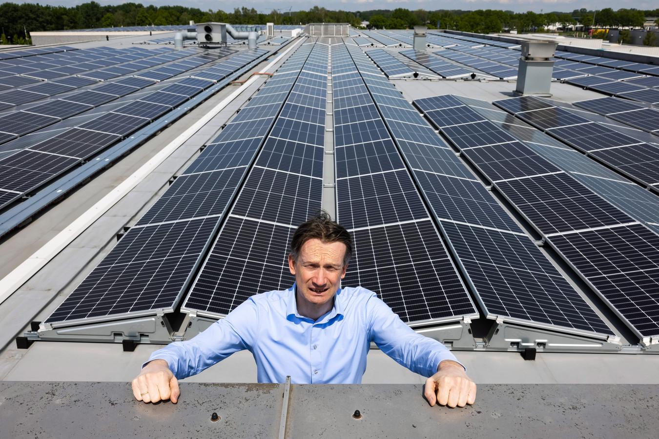 Perry Verberne op het dak waar de 1.300 zonnepanelen liggen die nog niet gebruikt kunnen worden.
