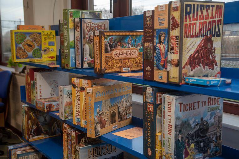 Ook in de bibliotheek in Melle is nu een uitleendienst voor gezelschapsspellen. Beeld Didier Verbaere