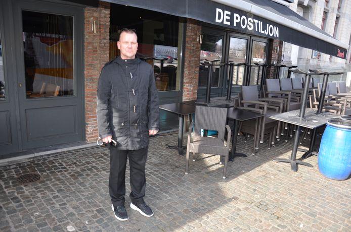 Stephen De Caluwé van De Postiljon voor het terras van zijn zaak waar de vrouw met beperking haar koffie opdronk.