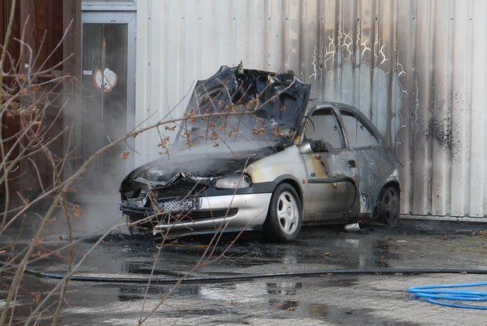 Auto in brand bij bedrijf in Breda.