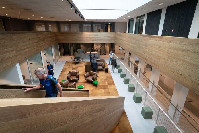 De foyer van het nieuwe gemeentehuis