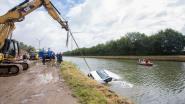 Handrem niet strak genoeg: bestelwagen rolt kanaal in