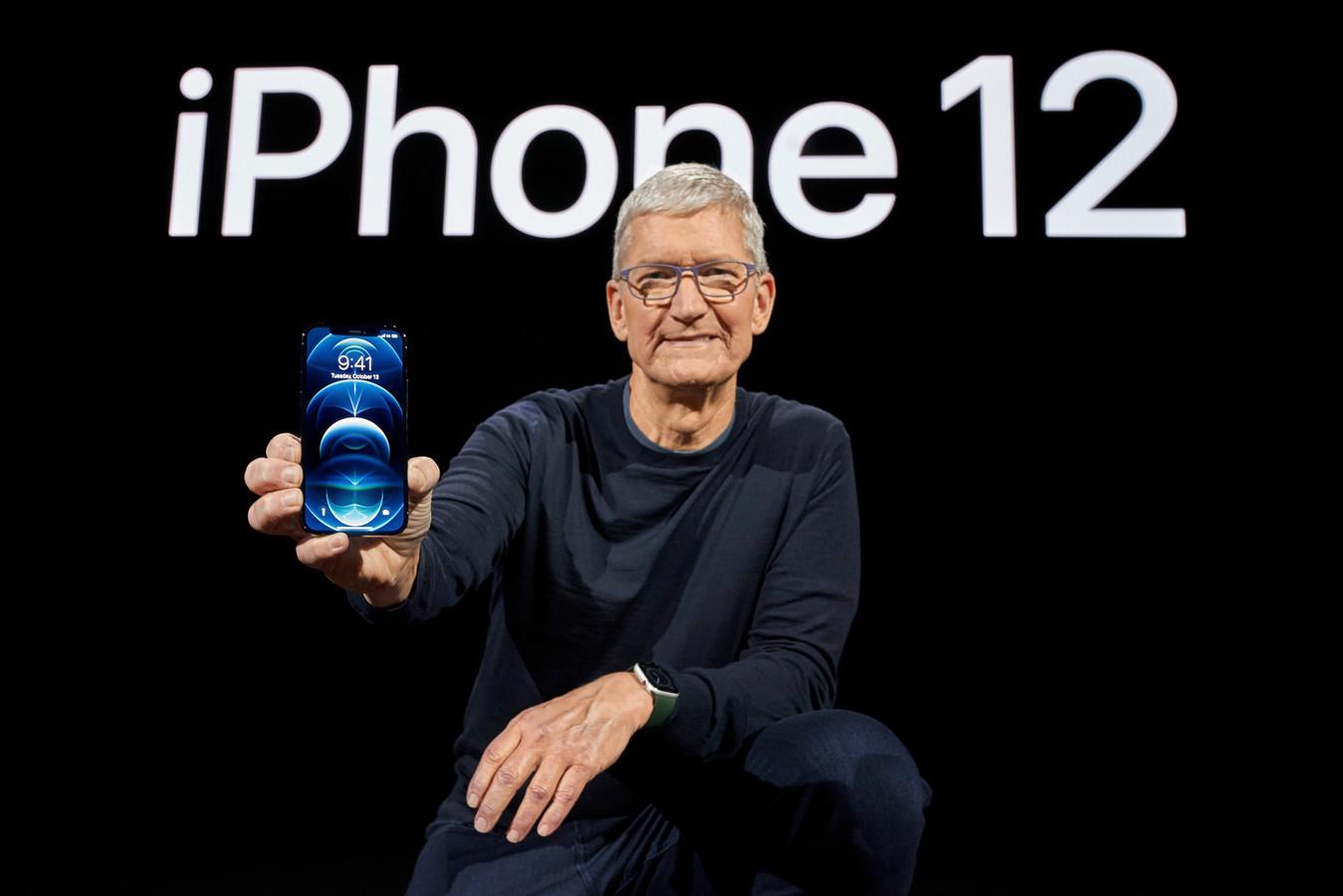 Apple-ceo Tim Cook toont de nieuwe iPhone 12 Pro bij de voorstelling in oktober.