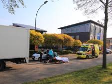 Scooterrijdster gewond geraakt bij botsing op stilstaande vrachtwagen in Amersfoort