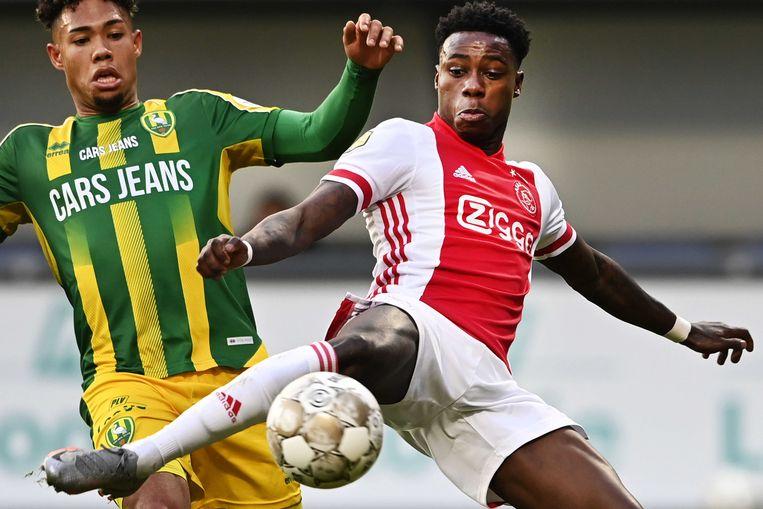 Quincy Promes pikt de bal weg voor Milan van Ewijk (ADO Den Haag).  Beeld ANP