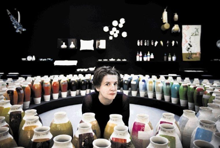 tHella Jongerius tussen haar zorgvuldig op kleur gerangschikte vazen in museum Boijmans Van Beuningen, dat tot en met 13 februari 2011 een overzichtsexpositie aan haar wijdt. (FOTO ROGER DOHMEN) Beeld Roger Dohmen