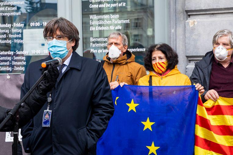 Carles Puigdemont (links) tijdens een Catalaans protest buiten het Europees parlement, in Brussel, dinsdag 9 maart. Beeld BELGA