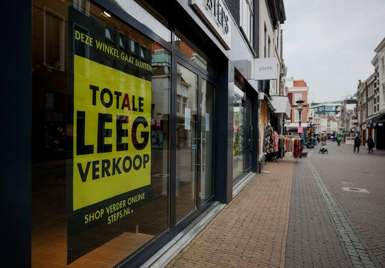 Uitverkoop bij een winkel in Utrecht. De coronasteun heeft niet helemaal kunnen voorkomen dat sommigen hun inkomen scherp zagen afnemen of hun baan verloren. Beeld Hollandse Hoogte /  ANP