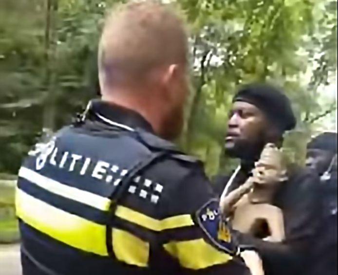 De activisten worden met het beeld aangehouden.