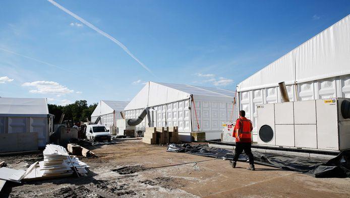 Het tentenkamp in natuurgebied Heumensoord bij Nijmegen in opbouw. De nieuwe noodopvang gaat onderdak bieden aan 3000 vluchtelingen.