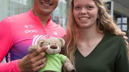 Ronde-winnaar Alberto Bettiol met mascotte van Oudenaardse school naar huis