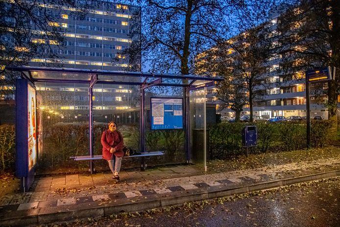 Violet Roosberg in een bushalte in Holtenbroek.