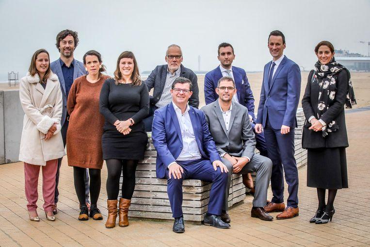 Het nieuwe schepencollege van Oostende, met gemeenteraadsvoorzitter Wouter De Vriendt (tweede van links) staat te popelen om er in te vliegen.