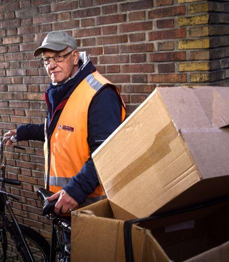 Fietsende Herman (78) uit Zutphen moet na ruim 50 jaar stoppen met oudpapier ophalen: 'Al dat sociale contact ga ik missen'