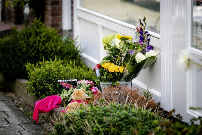 Bloemen bij de woning van het 15-jarige meisje dat is overleden na een mogelijke steekpartij.