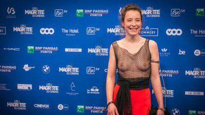Belgische actrice toont haar borsten op prijsuitreiking (en daar heeft ze aparte reden voor)