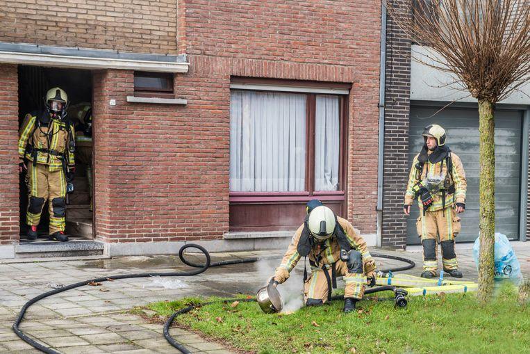 De brandweermannen namen de pot van het vuur en brachten die naar buiten.