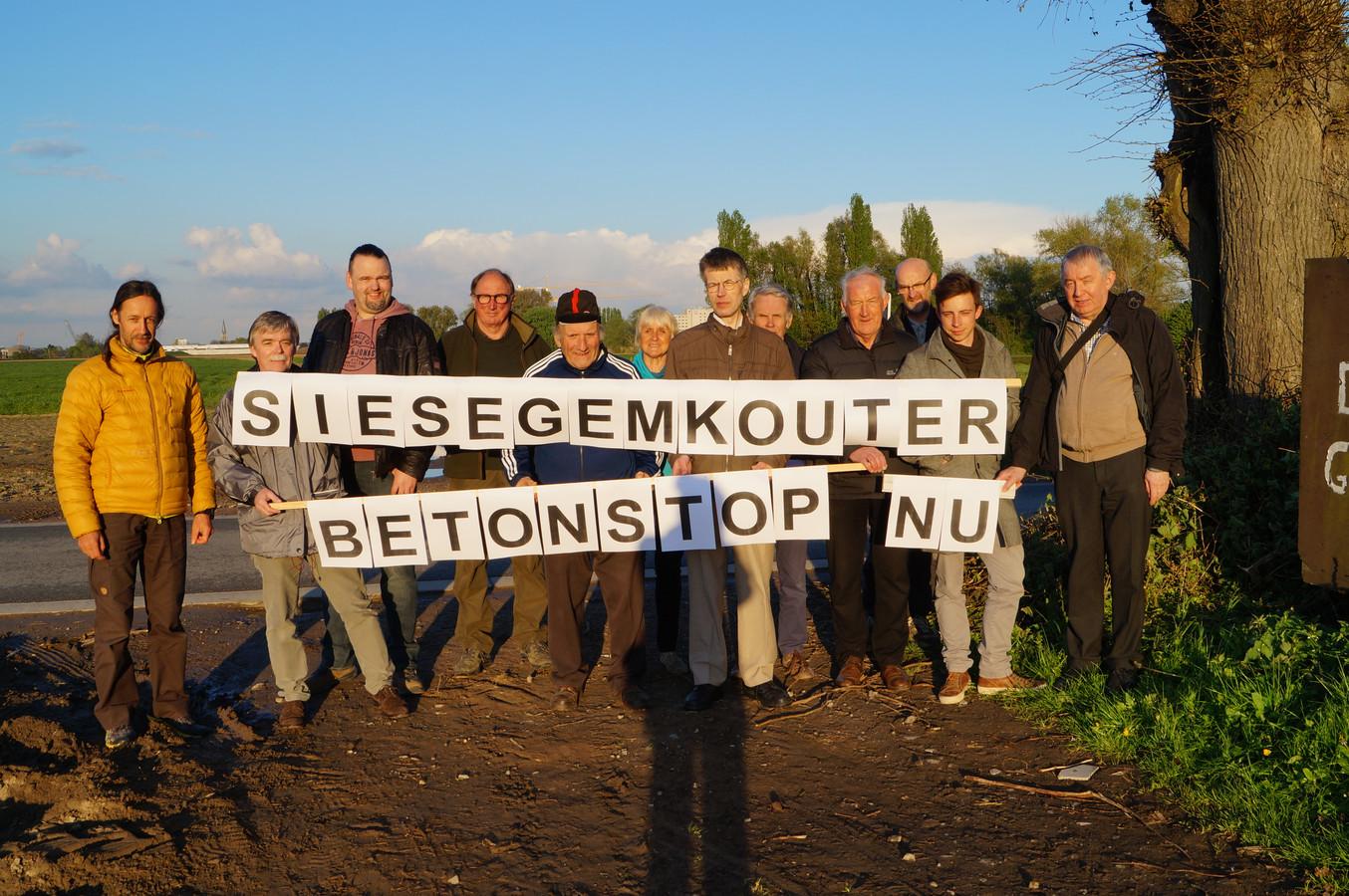 Het actiecomité tegen het bedrijventerrein op de Siesegemkouter.