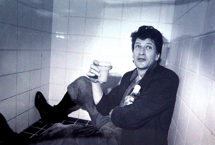 Herman Brood drinkt tijdens de pauze in maart 1984 een wodka-jus in de douche in Wassenaar.