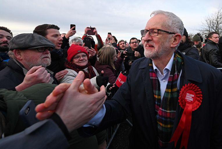 Labour-leider Jeremy Corbyn, hier in Stainton Village, wil een milder brexitakkoord met de EU onderhandelen. Beeld AFP