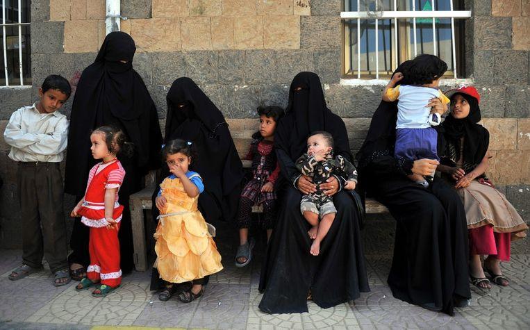 Vrouwen in Jemen laten hun kinderen inenten tegen de mazelen. Beeld epa