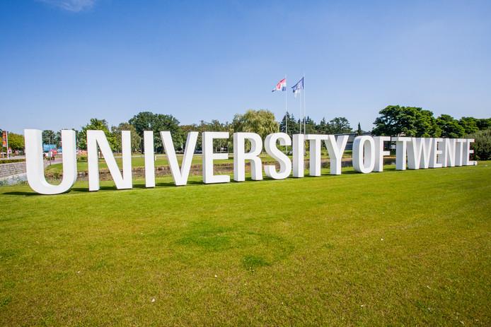 ENSCHEDE - Het logo van de Universiteit Twente staat groot bij de ingang van het terrein.