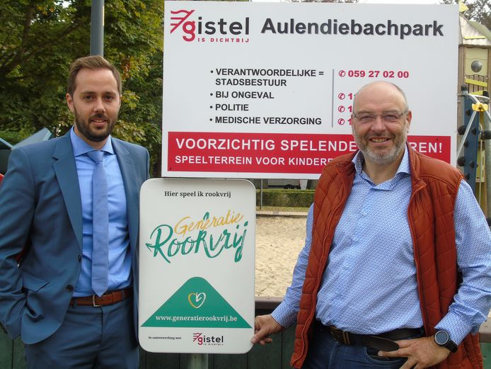 Burgemeester Gauthier Dufreyne (Open Vld) bij het eerste 'Generatie Rookvrij'-bord in de stad.