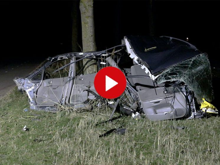 Harde klap: motorblok vliegt uit auto, bestuurder zwaargewond