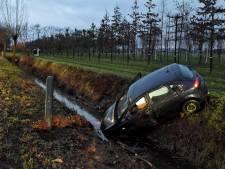 Auto vliegt uit de bocht en belandt in sloot in Oisterwijk