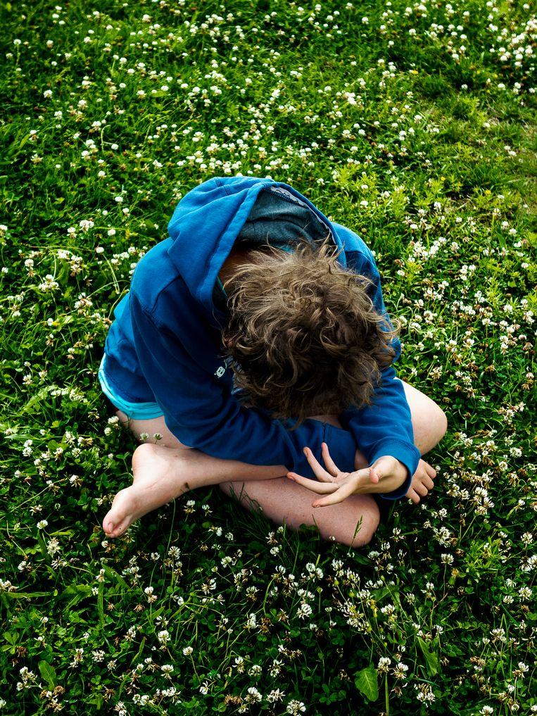 'Veel kinderen met autisme zijn erg geboeid door hun eigen handen. Misschien zien ze iets dat wij niet zien.' Beeld Lionel Jusseret