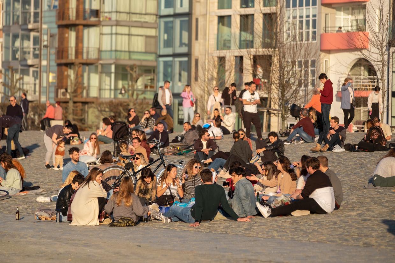 Genieten van de lente aan de Antwerpse kaai. Versoepelingen voor de jeugd zullen hoog op de agenda staan. Beeld Klaas De Scheirder