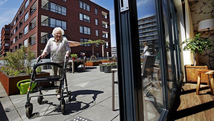 Lenie de Kooter (89) in een Martha Flora-huis in Gouda: Elke dag is als een zondag.