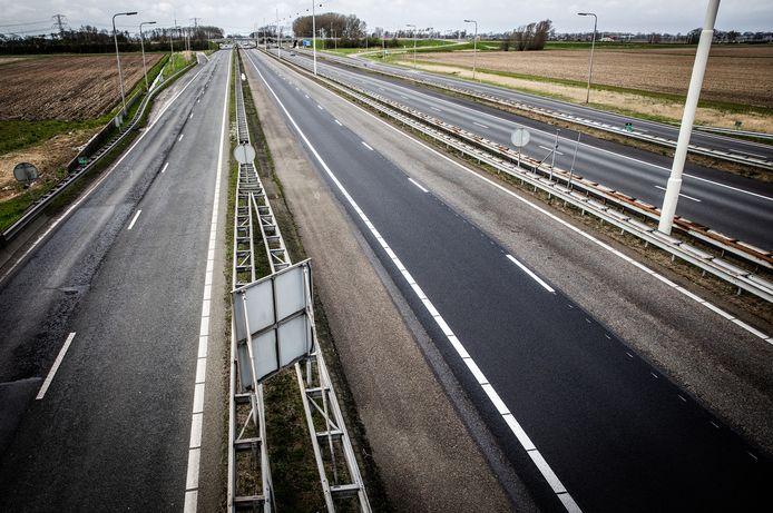 Lege snelwegen in Nederland. Mensen werken vanuit huis en gaan de weg niet op vanwege de coronamaatregelen.