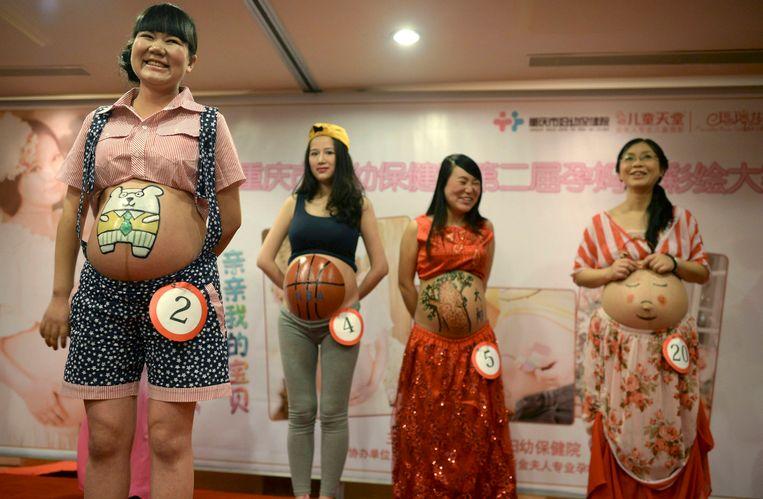 Zwangere vrouwen in China tijdens een buiksbechilderingswedstrijd. Beeld reuters