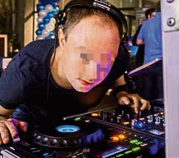 Mike D.B. (41) is naast jeugdcoach ook DJ, alprobeerde hij gisteren zelfs dat te ontkennen door alle accounts op sociale media te verwijderen.