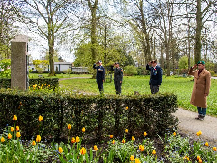 Een klein groepje veteranen bij het monument in Park 40-45 aan de Laan in Nunspeet. Zij organiseerden ondanks corona toch een kleine herdenking.