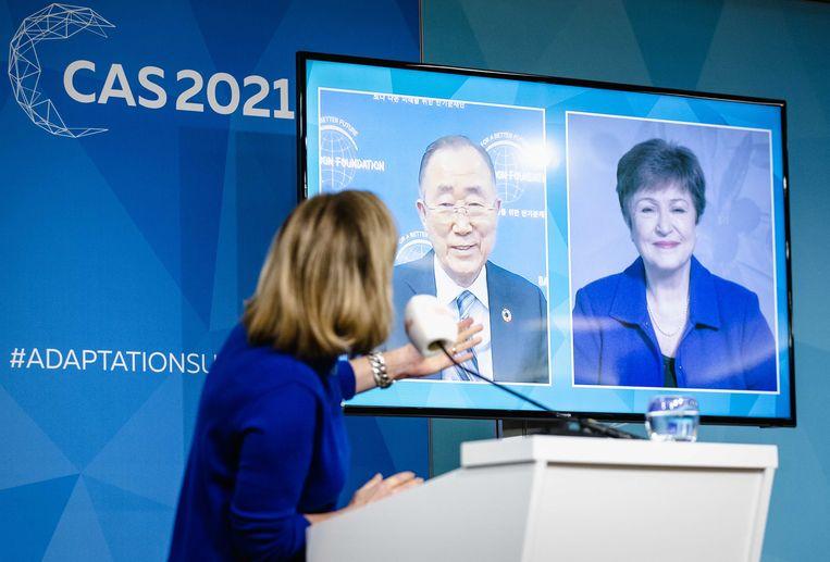 Minister Cora van Nieuwenhuizen van infrastructuur en waterstaat tijdens de persconferentie na de opening van de klimaattop in Den Haag, met op beeldschermen oud-secretaris-generaal van de VN Ban Ki-moon en IMF-directeur Kristalina Georgieva. Beeld ANP