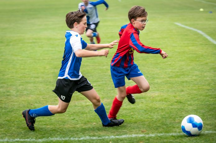 Boet Steenbekkers (links) voetbalt bij HVCH in team 11-3. Zaterdagochtend speelde hij eindelijk weer een competitie wedstrijd, tegen Mosa. Het werd 7-9.