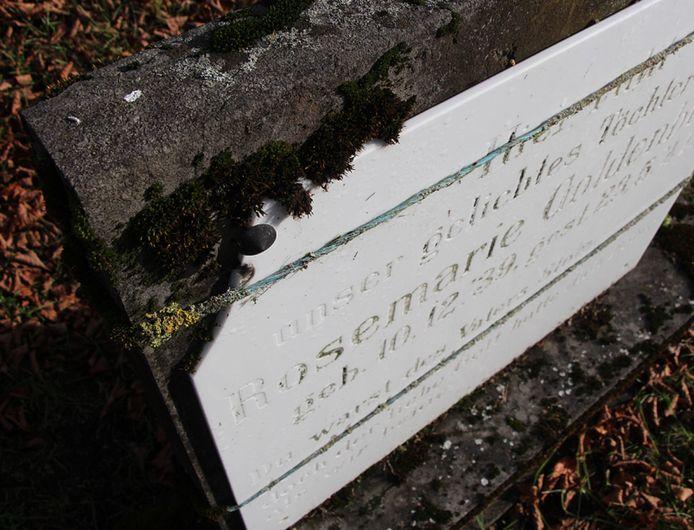 De oude grafsteen werd de laatste jaren met kabels bij elkaar gehouden.