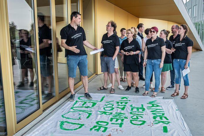 Wouter Van Vooren van de ouderraad tijdens de protestactie van afgelopen maandag aan de deuren van het gemeentehuis.