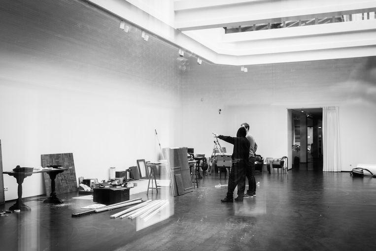 ROA bereidt zijn expo voor in het Antwerpse At The Gallery.  Beeld rv Denis Decaluwe - At The Gallery
